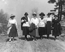 mulheres andando juntos